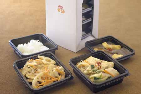 中皿トレイを一体方式でなくユニット方式にすることで、要加熱メニュー(白米や主菜など)と非加熱メニュー(サラダや和え物など)とを分けられるように工夫している