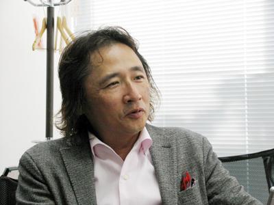 岡隆宏社長。創業後はグルメ、オークション、ブランドの販売を手掛けたが撤退。アパレルが当たり、今日の成長にながった