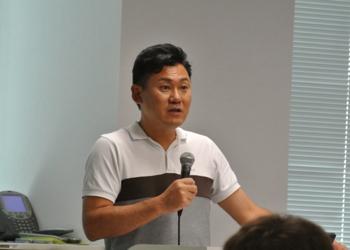 決算説明を行う、楽天代表取締役社長三木谷浩史氏