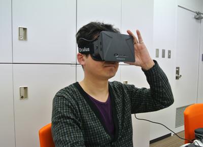 Oculus Riftを装着した書籍編集部の小川史晃