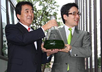 従来型「DeuSEL」を手にするいすゞ自動車株式会社 細井行社長(左)と、株式会社ユーグレナ 出雲充社長(右)