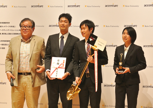審査員長の村井氏から賞を贈られた佐賀大学大学院