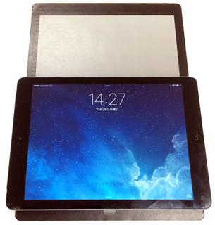 iPad Air を iPad Proの模型の上に重ねてみた