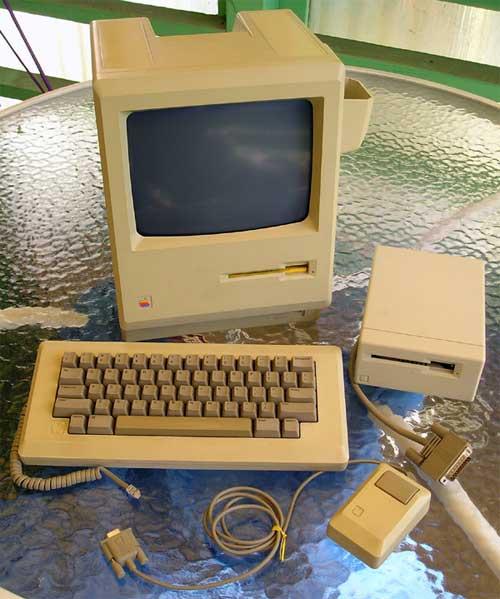 Macintosh 512Kとアクセサリ(Wikimedia Commons)