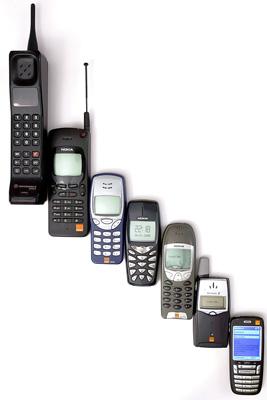 左上がモトローラ携帯電話端末の1機種、他はノキアの歴代携帯電話端末(Wikimedia Commons)