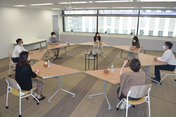3名以上のグループインタビューを想定した席レイアウト