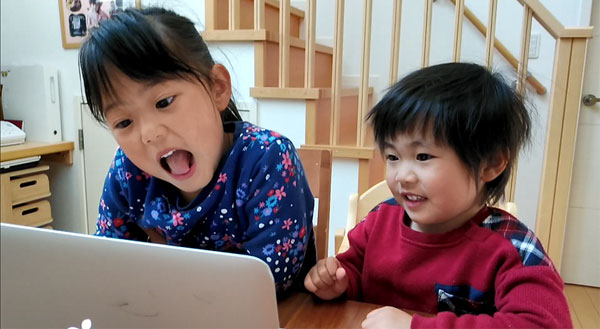 オンライン幼稚園を視聴する子どもたち