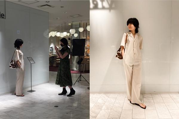 (写真左)店頭での撮影風景、(写真右)掲載したスナップ